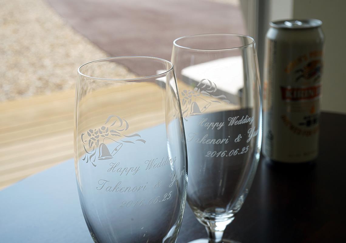 名前入りビールグラスを結婚祝いのプレゼントに。
