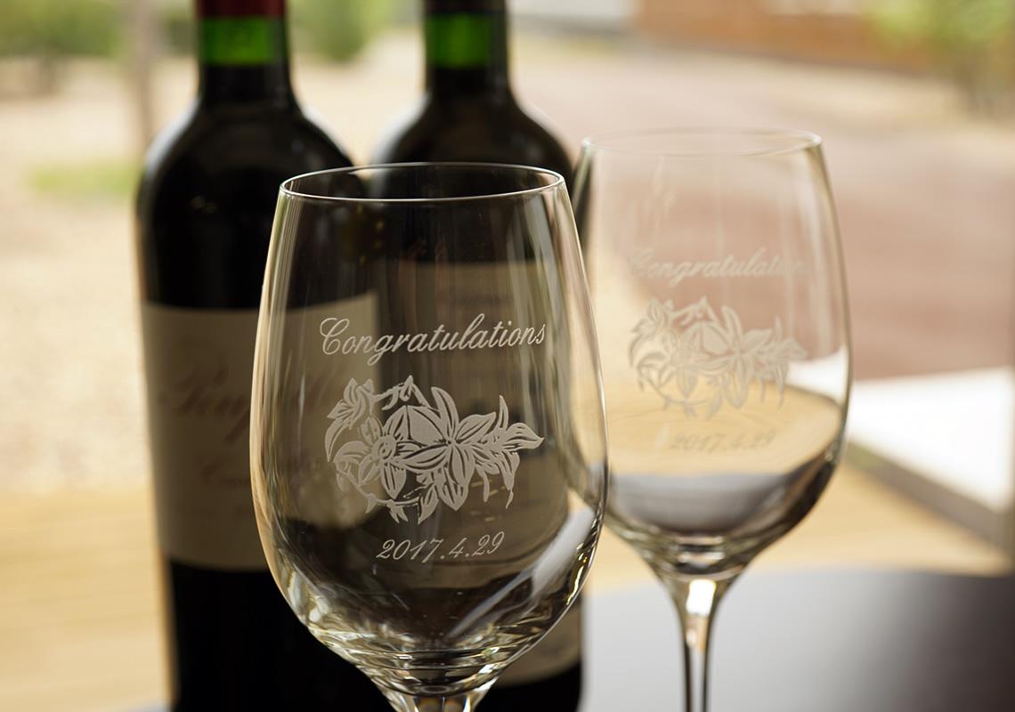 カサブランカの花にメッセージを託したワイングラス