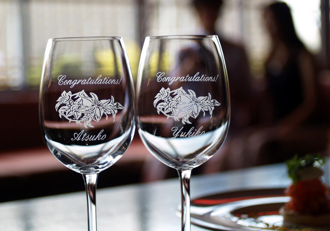 カサブランカを施したワイングラス