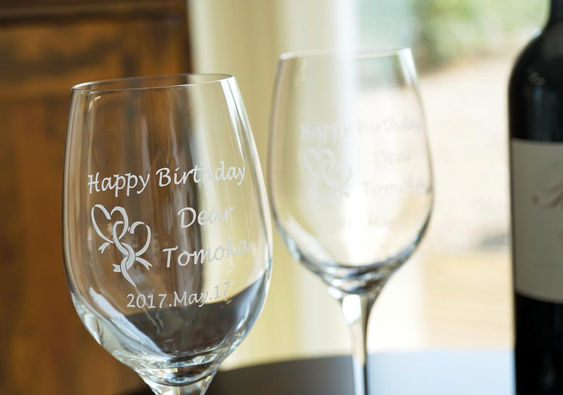 お誕生日祝いにペアワイングラスに名前を刻んで。