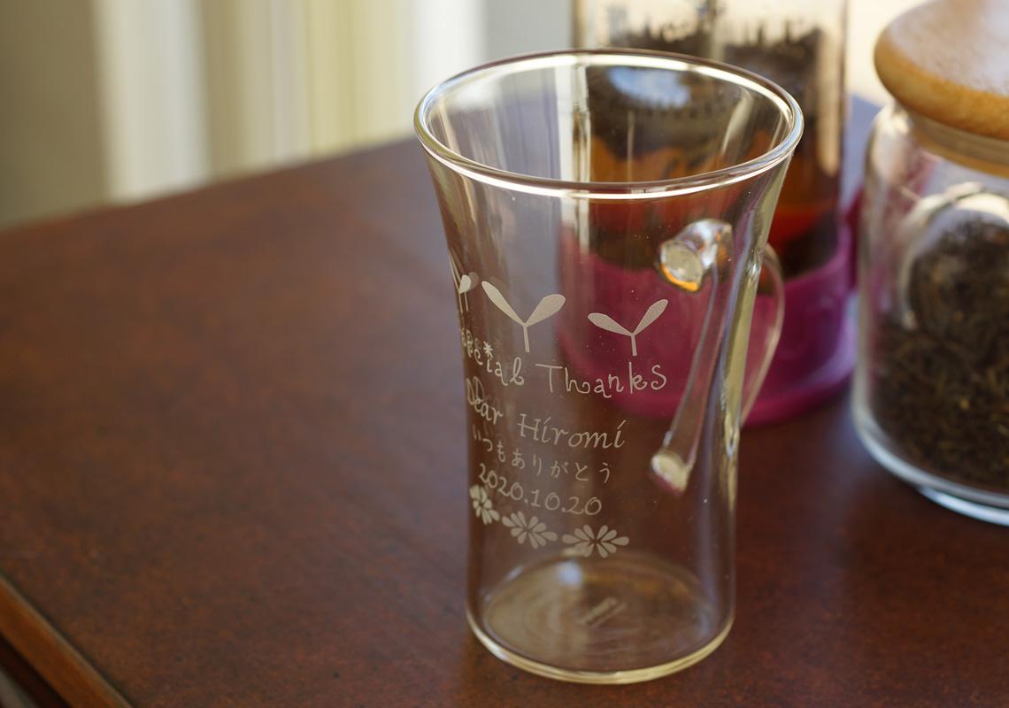 誕生日が刻印されたグラス